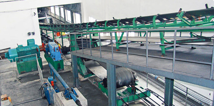 Large angle belt conveyor